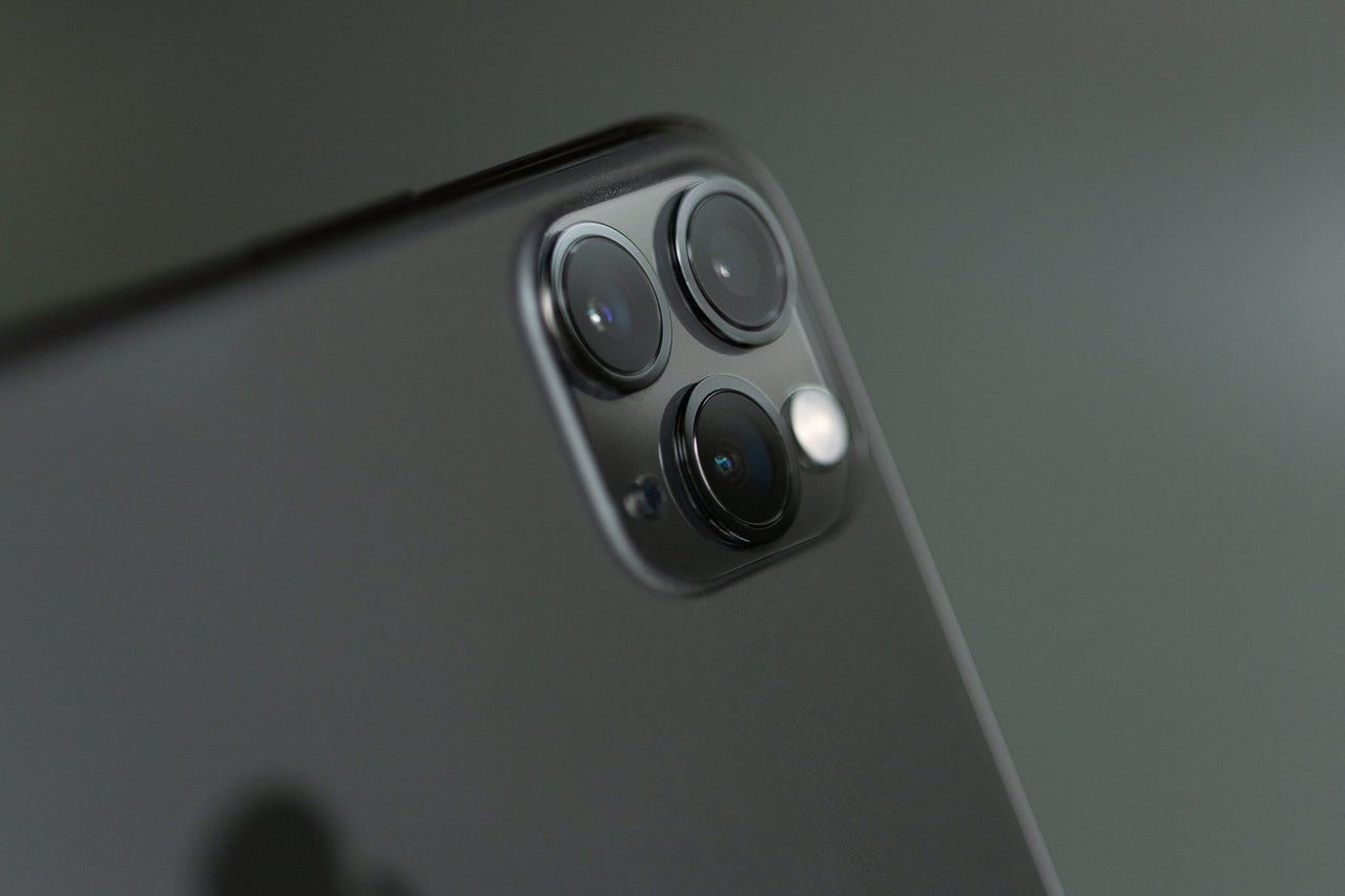 gray iphone xi close view